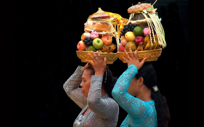 Indonesia - Bali - Padangbai - Temple Ceremony - Ladies With Offerings - 30